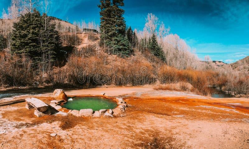 Färgrik varmvattenpöl i Utah, USA royaltyfri foto