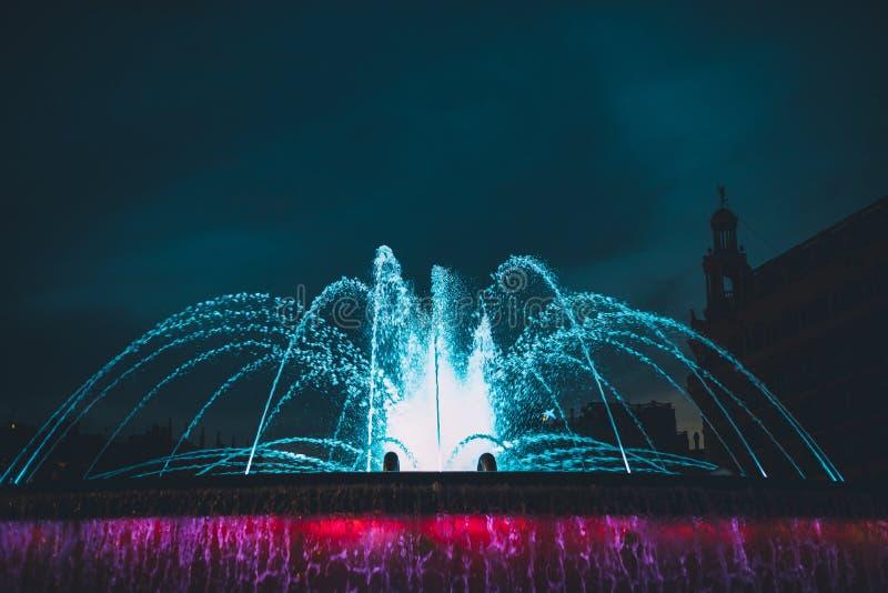Färgrik vattenspringbrunn som skjutas på natten royaltyfri foto