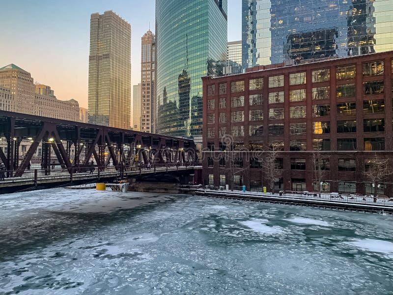 Färgrik vintersolnedgång över ett djupfrysta Chicago River arkivbilder