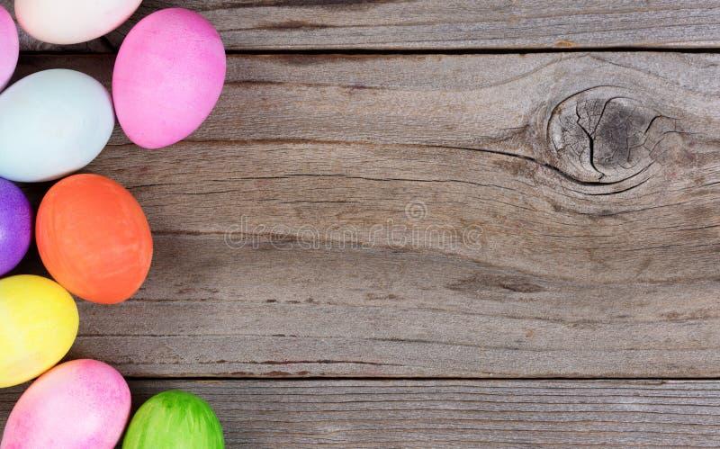 Färgrika ägg för påskferie som bildar vänstersidahanden, gränsar på rus royaltyfri foto