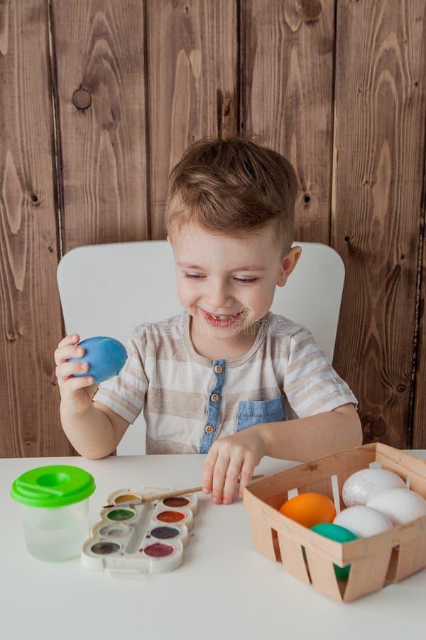 Färgrika ägg för pysmålning för easter på träbakgrund royaltyfria bilder
