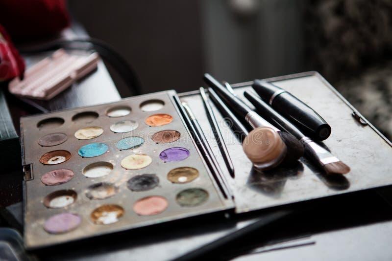 Färgrika ögonskuggapaletter för smink med borstar arkivfoto