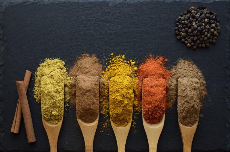 Färgrika örter och kryddor arkivfoto