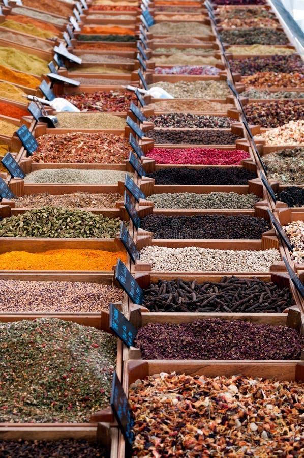 Färgrika örter och kryddor på marknaden arkivbild
