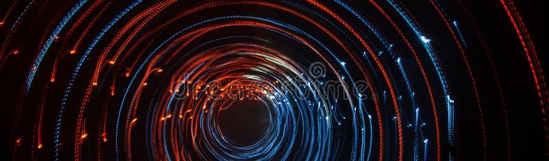 Färgrika abstrakta slingor av ljus Prickar, linjer och bokeh på mörk bakgrund royaltyfria foton