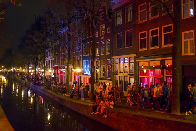 Färgrika Amsterdam - rött ljusområdet på natten - AMSTERDAM - NEDERLÄNDERNA - JULI 20, 2017 royaltyfria bilder