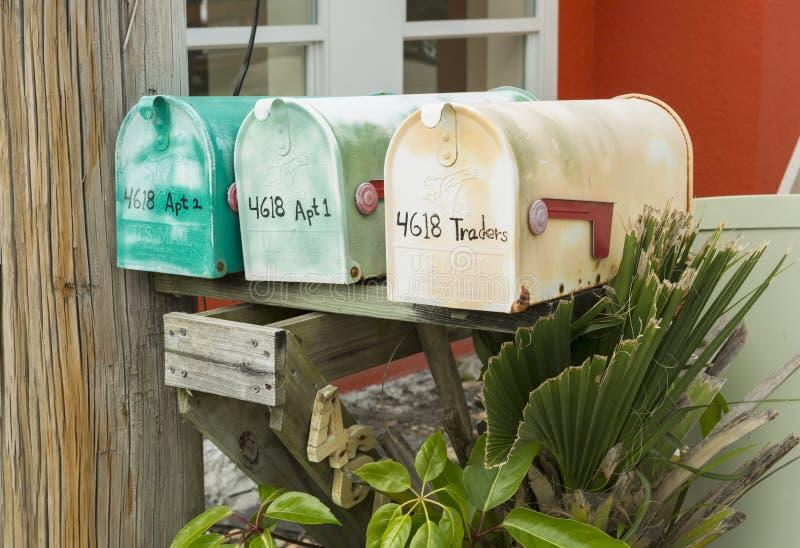 Färgrika antika brevlådor på Matlacha i den Pinie ön, Fort Myers, NM arkivbilder