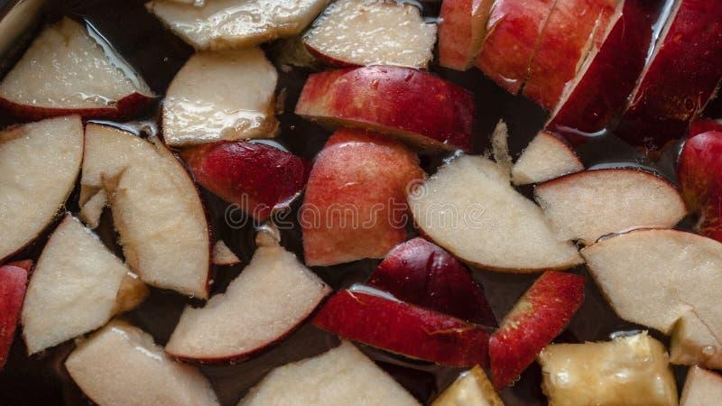 Färgrika Apple skivor, fruktblandning i en kruka Uppfriskande drink för parti för fruktäppelciderstansmaskin Bakgrund för organis royaltyfria bilder