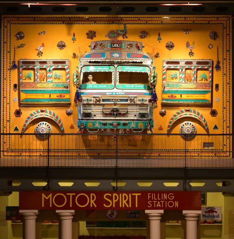 Färgrika Art Decor som göras av tappningbilar i arvtransportmuseum royaltyfri foto