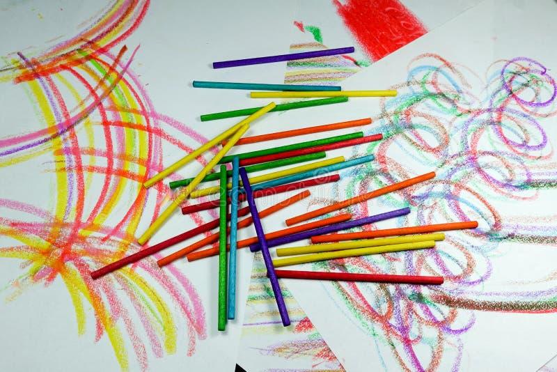 Färgrika bågar och kurvor med färgpennor och blyertspennor royaltyfri bild