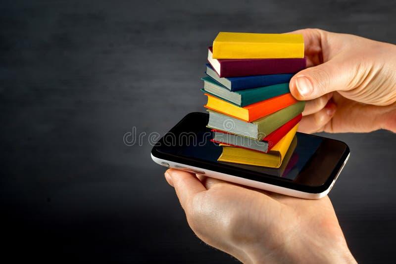 Färgrika böcker för sätta eller för nedladdning till den smarta telefonen med stället arkivbild