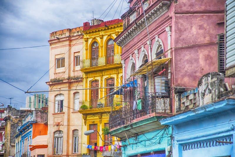 Färgrika balkonger och byggnader i havannacigarren, Kuba arkivbild