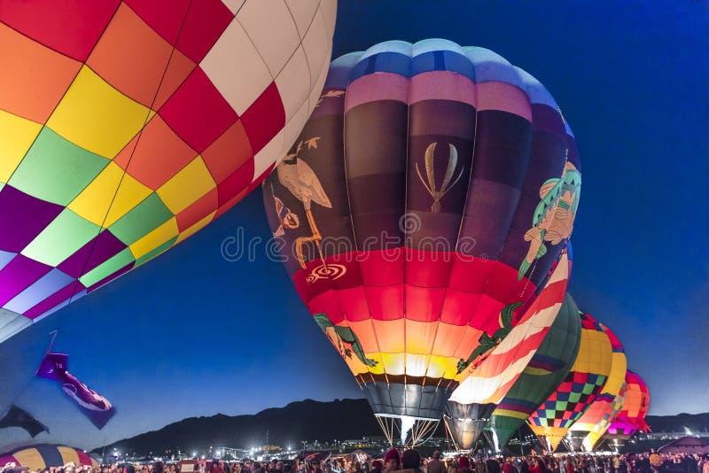 Färgrika ballonger för varm luft på morgonglödhändelsen på Albuquerqen arkivbild