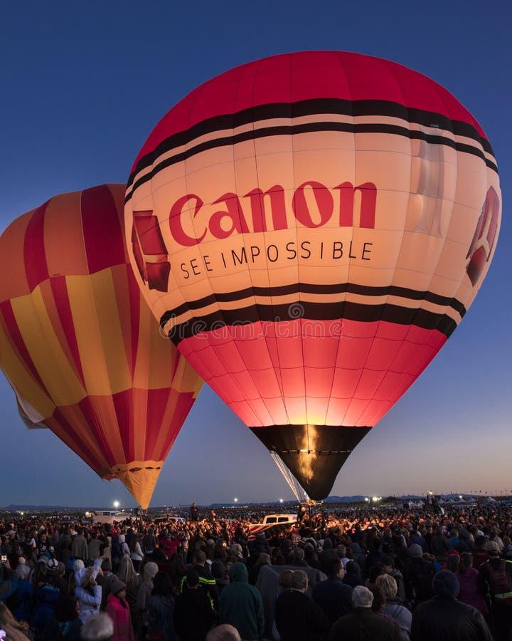 Färgrika ballonger för varm luft på morgonglödhändelsen på Albuquerqen arkivfoton