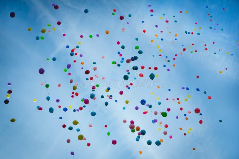 Färgrika ballonger som är höga i himlen arkivbilder