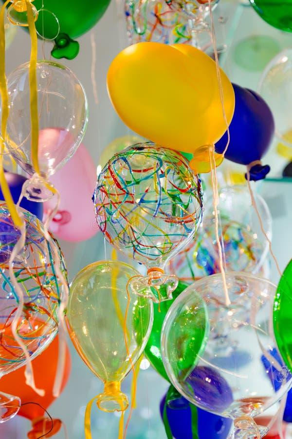 Färgrika ballonger som göras av Venetian Murano exponeringsglas arkivfoto