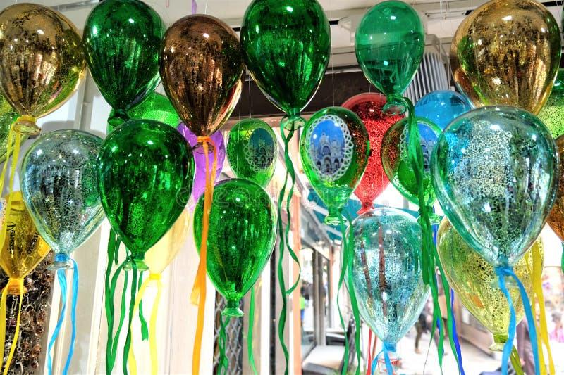 Färgrika ballons gjorde av exponeringsglas på skärm i Venedig, Italien royaltyfri bild