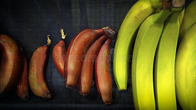 Färgrika bananer i marknaden arkivfoto
