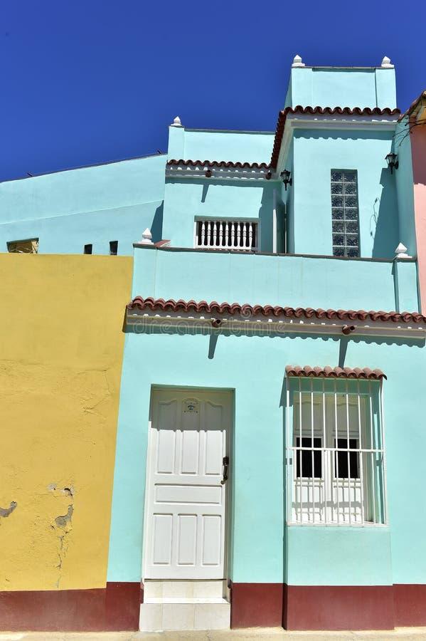 Färgrika beståndsdelar av traditionella hus i den koloniala staden av Trinidad i Kuba arkivbilder