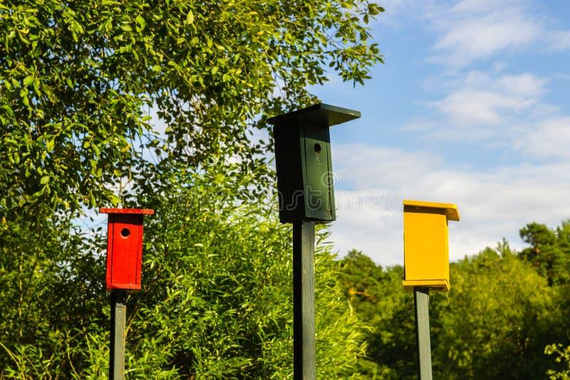 färgrika birdhouses arkivfoto