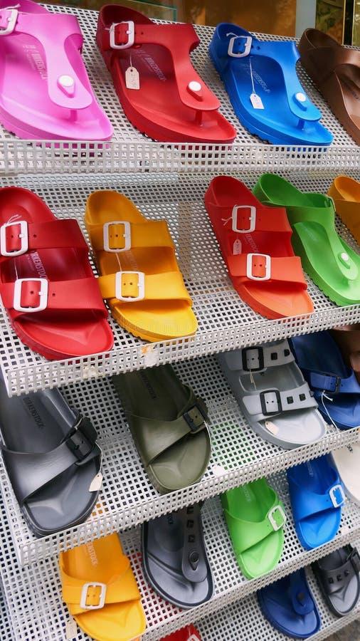 Färgrika Birkenstock sandaler som är till salu på lagerskokuggen royaltyfria bilder