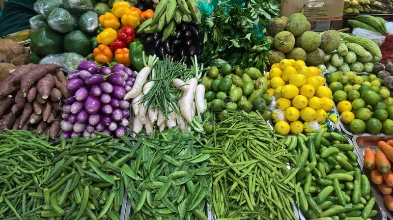 Färgrika blandade grönsaker i marknaden royaltyfri fotografi