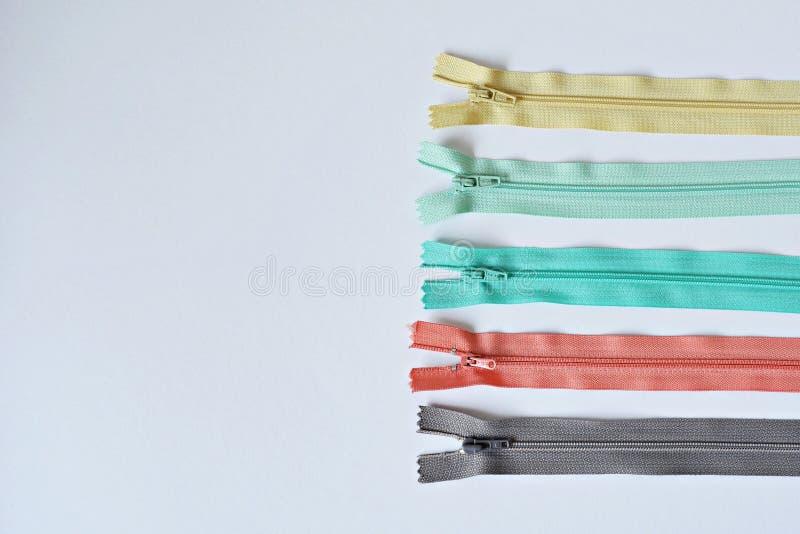 Färgrika blixtlås på tabellen royaltyfri foto