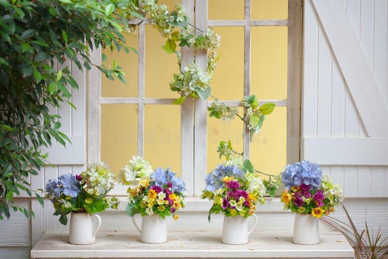 Färgrika blommakrukor arkivbilder