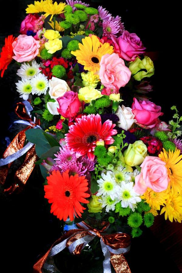Färgrika blommor för bukett arkivbild