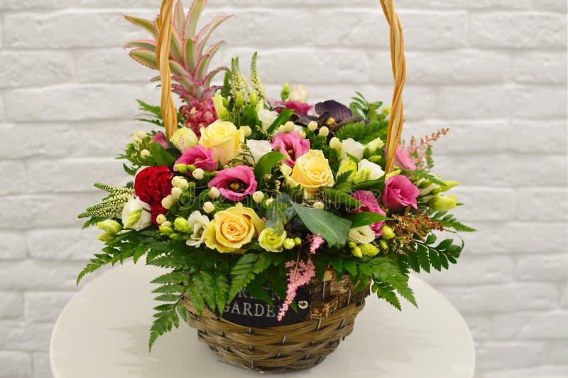 Färgrika blommor för härlig bukettblandning i modern korg royaltyfria foton