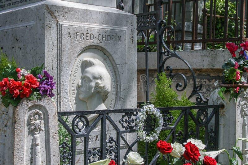 Färgrika blommor på Chopins grav på Pere Lachaise Cemetery fotografering för bildbyråer