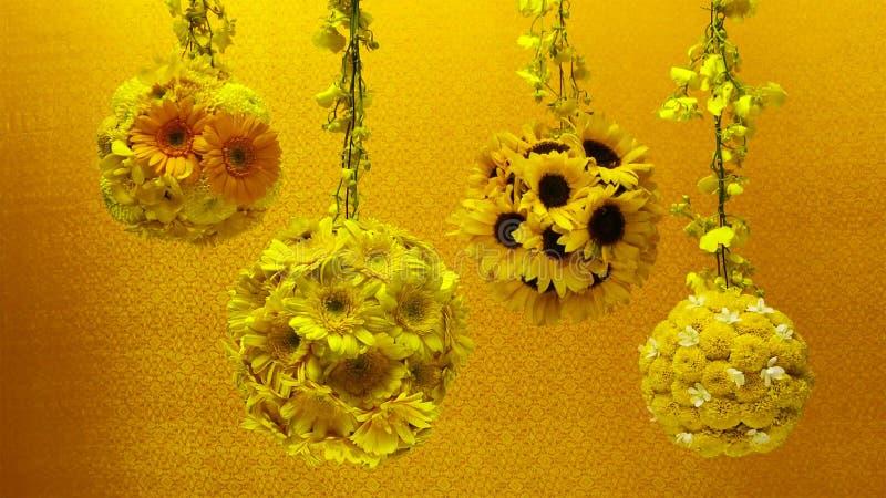 Färgrika blommor som dekoreras som en grupp av ljuskronor thai garneringstil arkivfoton