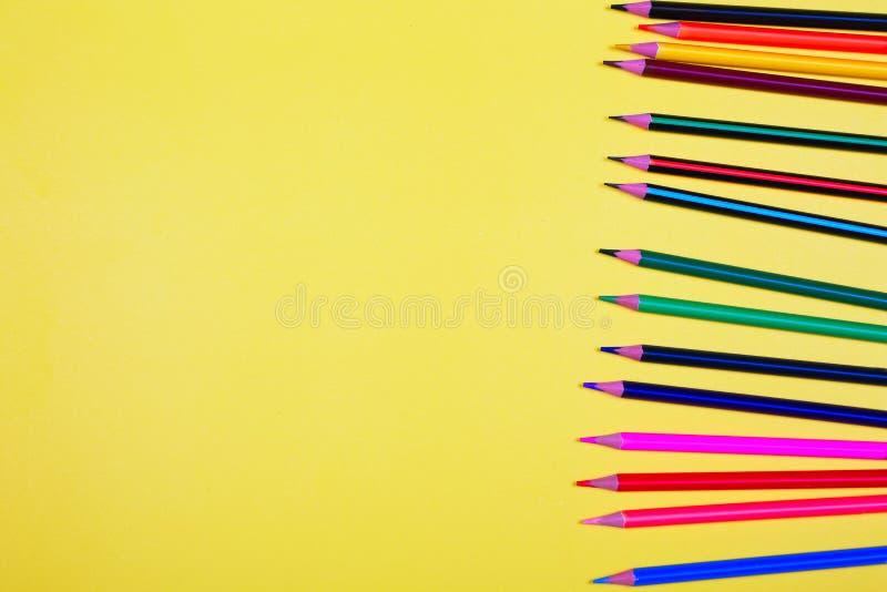 Färgrika blyertspennor med kopieringsutrymme på gul bakgrund, utbildning tillbaka till skola, försäljning som shoppar begrepp royaltyfria bilder