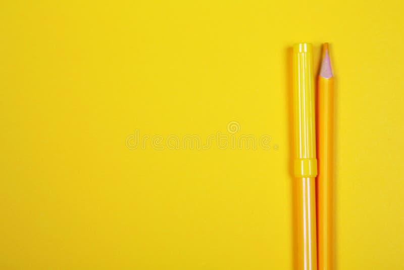 Färgrika blyertspennor med kopieringsutrymme på gul bakgrund, utbildning tillbaka till skola, försäljning som shoppar begrepp arkivfoton