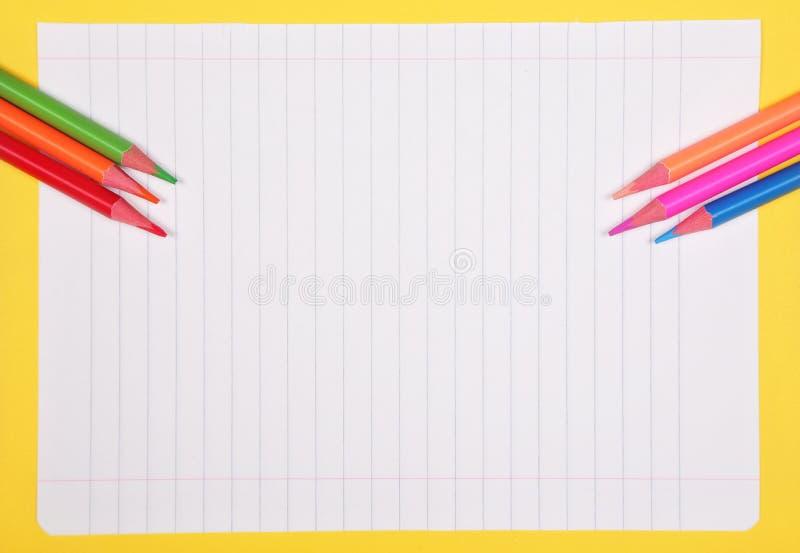 Färgrika blyertspennor med kopieringsutrymme på vit bakgrund, utbildning tillbaka till skola, försäljning som shoppar begrepp arkivbilder