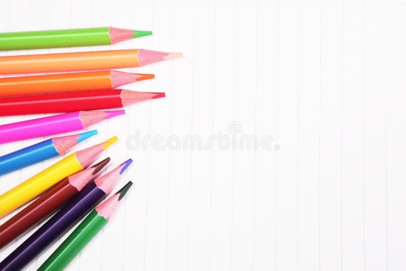Färgrika blyertspennor med kopieringsutrymme på vit bakgrund, utbildning tillbaka till skola, försäljning som shoppar begrepp royaltyfri bild