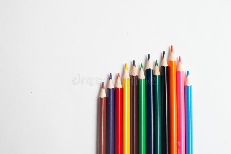 Färgrika blyertspennor på den vita bakgrunden, för att dra för ungar arkivfoto