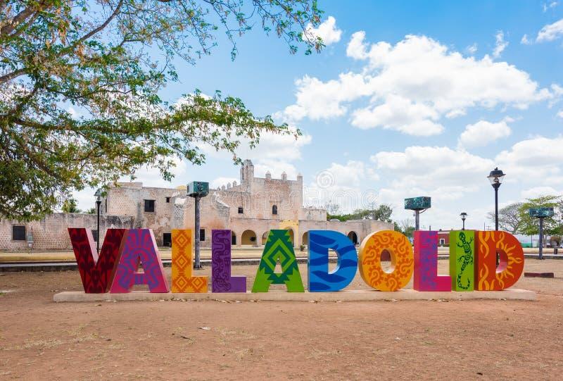 Färgrika bokstäver bildar tecknet av Valladolid på en solig dag i Valladolid, Y royaltyfria bilder
