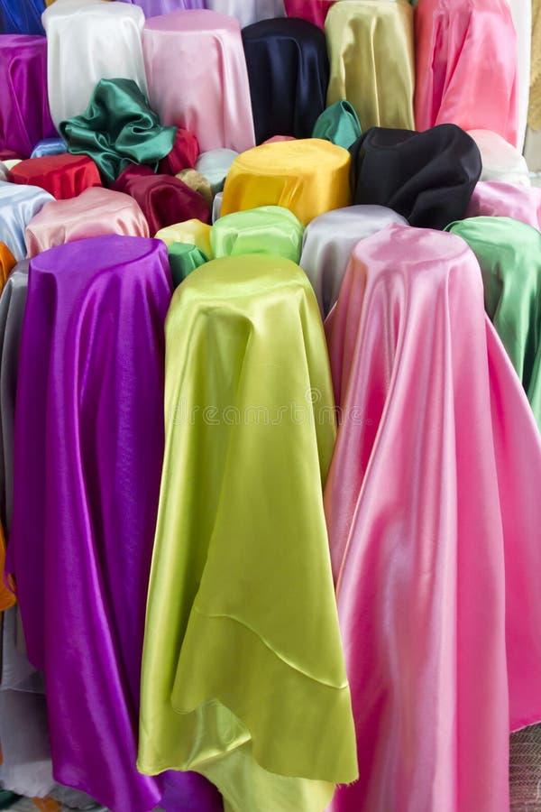Färgrika bomullstyger på rea royaltyfri fotografi