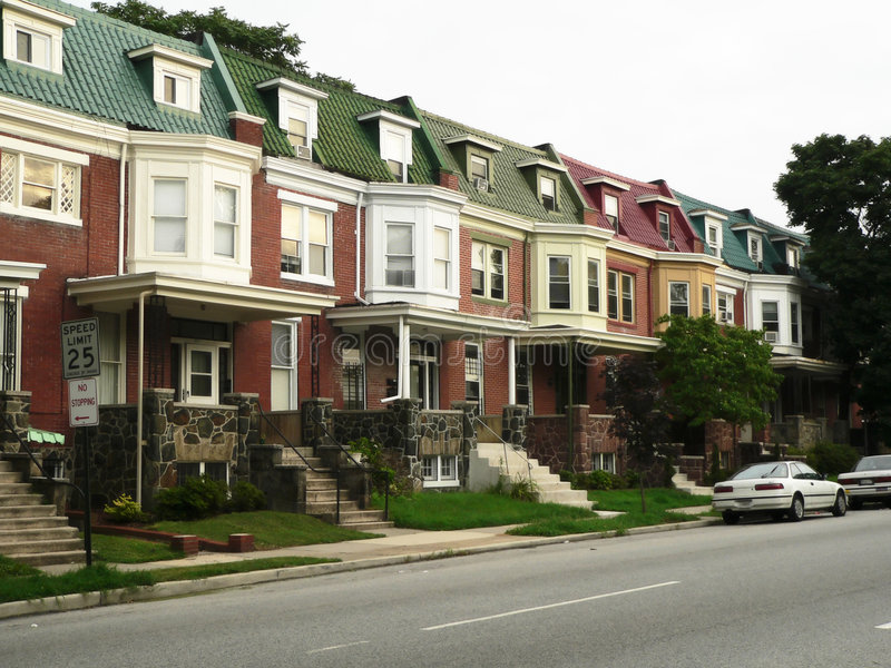 färgrika bostadsgatatownhomes arkivbild