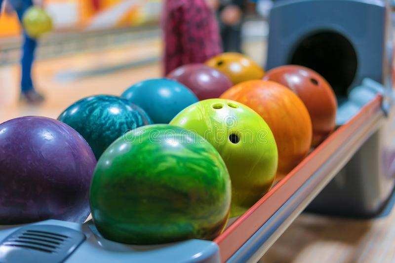 F?rgrika bowlingklot p? bollreturslut upp royaltyfri fotografi