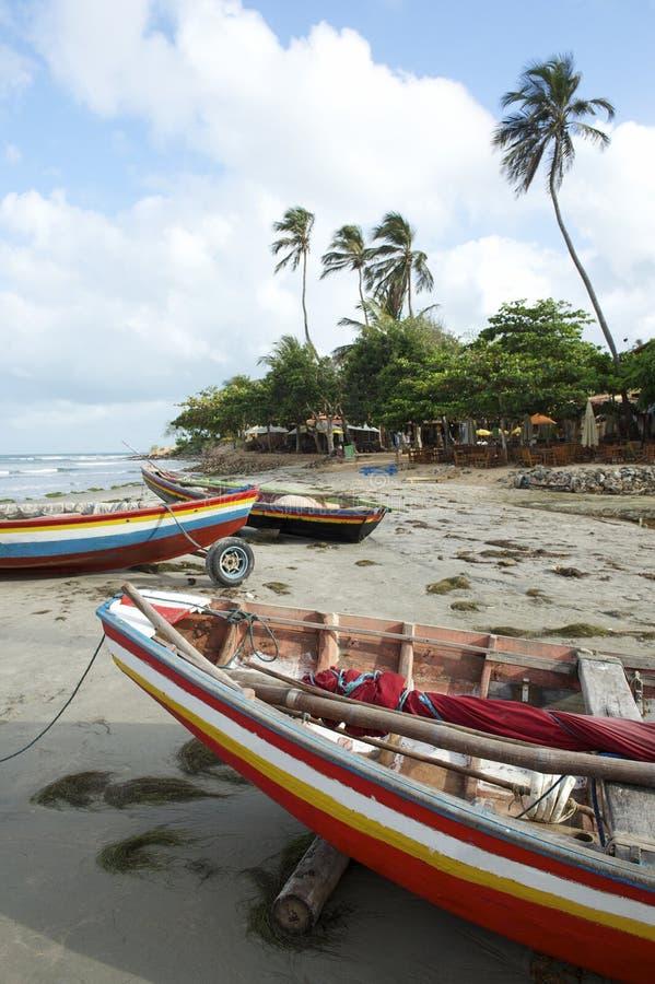 Färgrika brasilianJangada fiskebåtar Jericoacoara royaltyfria bilder