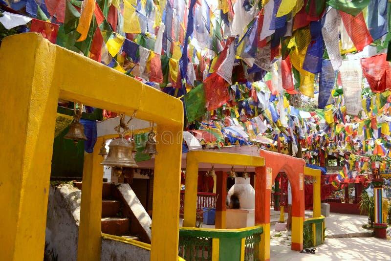 Färgrika buddhismbönflaggor i den Mahakal templet arkivbild