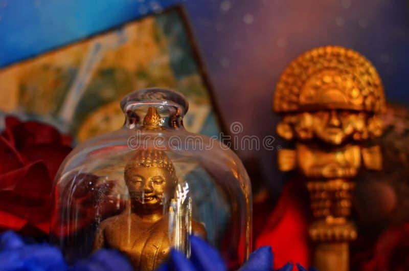 Färgrika buddistiska statyer arkivfoton