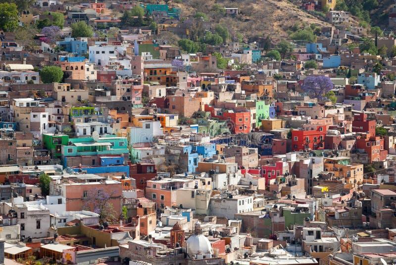 Färgrika byggnader av den Guanajuato staden i Mexico arkivfoton