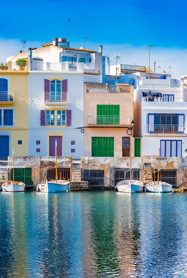 Färgrika byggnader av den Porto Colom hamnen på den Majorca ön, Spanien royaltyfri fotografi