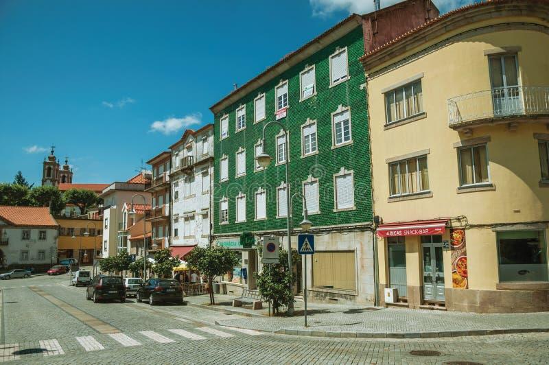 Färgrika byggnader med shoppar på den stora gatan arkivbild