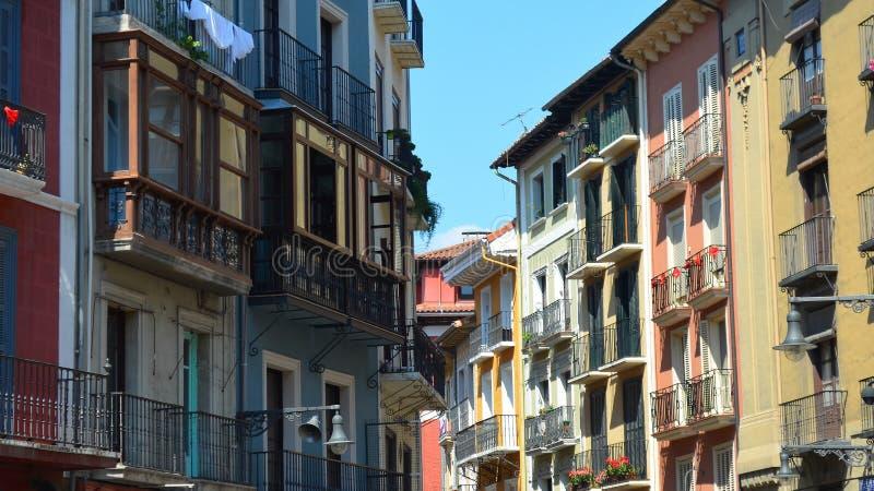 Färgrika byggnader och balkonger längs gatorna av Pamplona, royaltyfria bilder