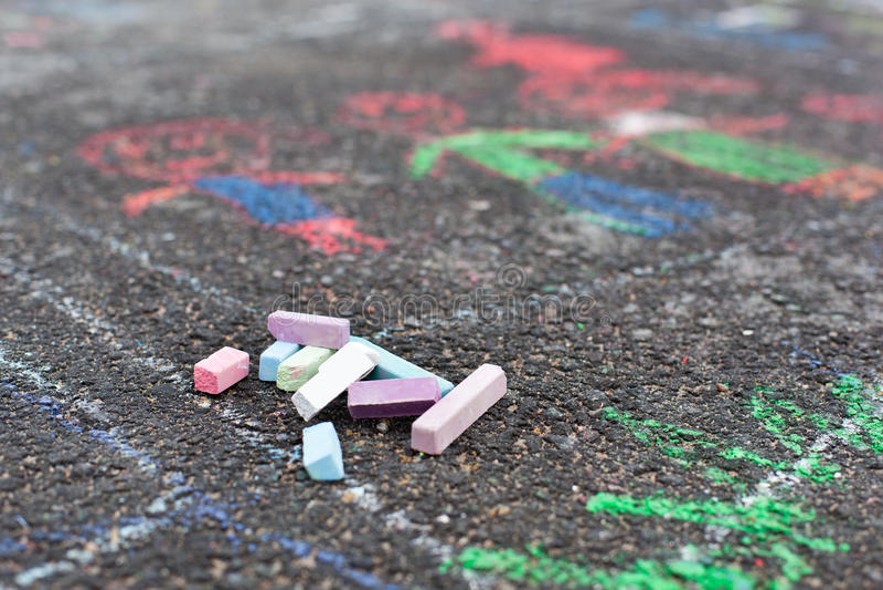 Färgrika chalks på asfalt arkivbilder