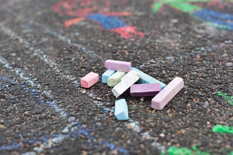 Färgrika chalks på asfalt arkivfoton